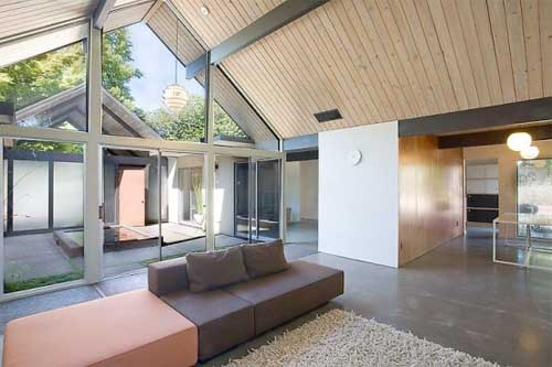 House-Wrapped-Around-the-Open-Atrium-with-Natural-Light-in-the-Interior-4